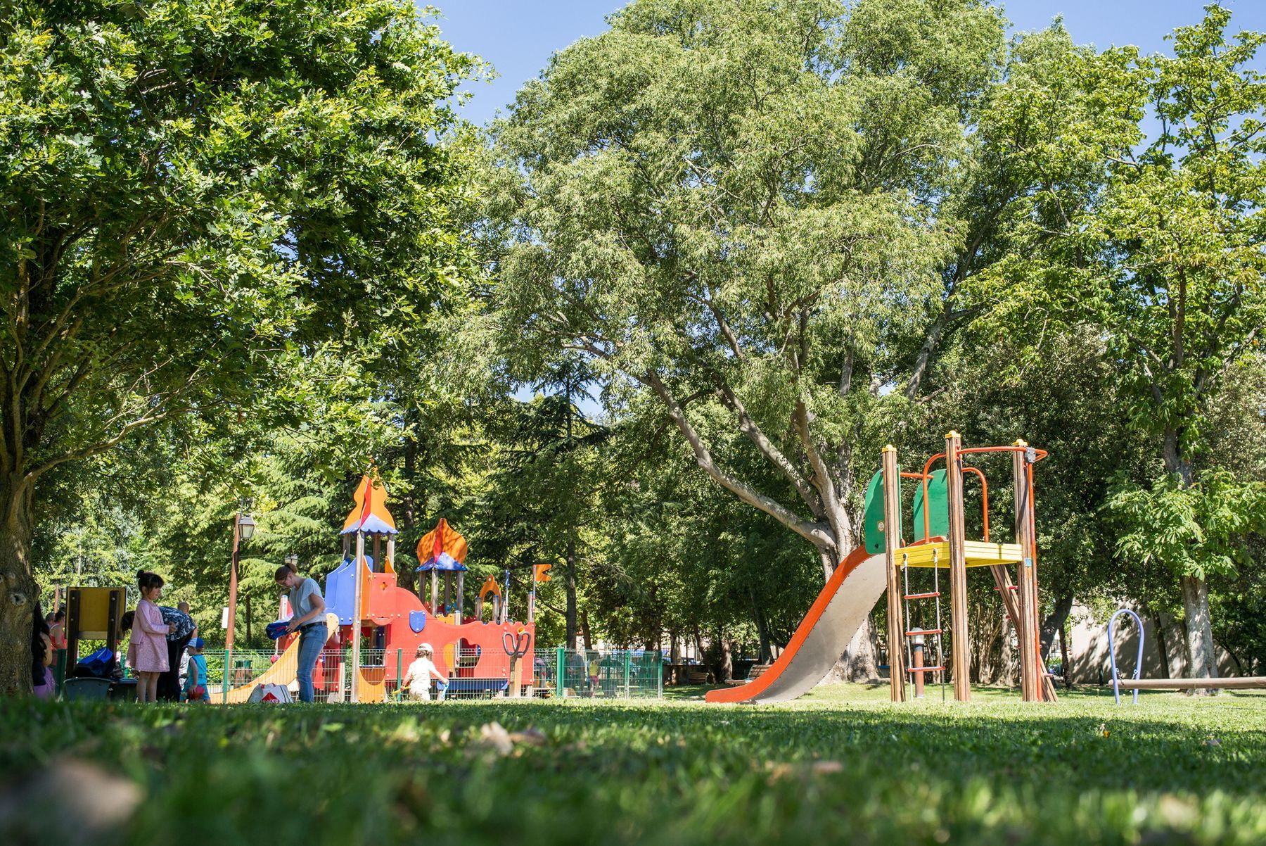 Jeux pour enfants au parc municipal